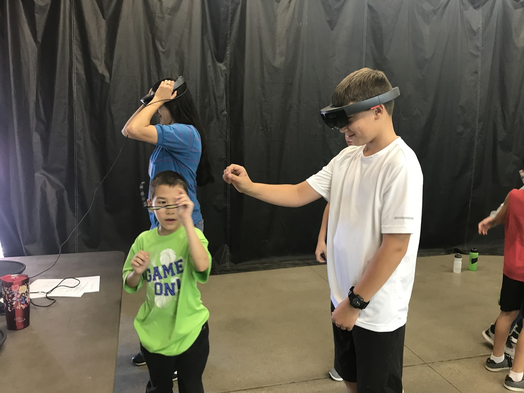 5th graders learning about the solar system through virtual reality